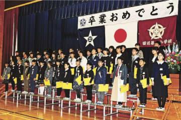 別れの歌を合唱する卒業生(23日、和歌山県田辺市上屋敷1丁目の田辺第一小学校で)