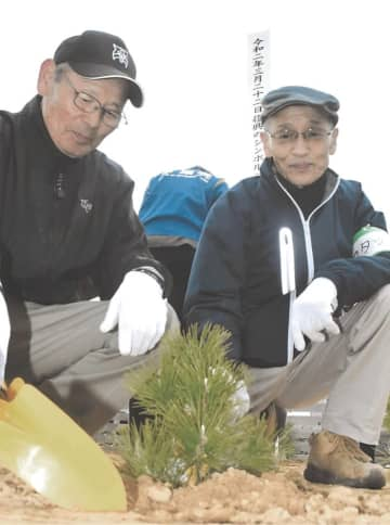 一本松の「二世木」を植樹する五賀さん(左)と荒さん