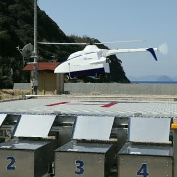 医薬品などを積み、ポートに着陸するドローン=津久見市無垢島