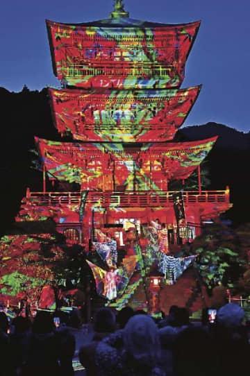 デジタル処理した画像を投影して極彩色に彩られた青岸渡寺の三重塔(22日、和歌山県那智勝浦町那智山で)
