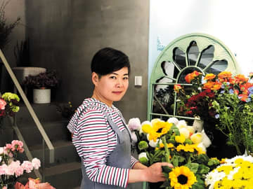Wu Xiaoyi, a Hangzhou resident, leads a group of volunteers to help flower growers in Yunnan province sell roses online.[Photo provided to China Daily]