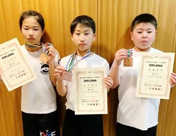 レスリングの全国大会で3位に入った(左から)宇土奏美さん、永石潤成君、藤瀬夏唯君(提供)