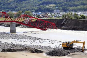 千曲川が増水し、崩落した上田電鉄別所線の橋=2019年10月15日、長野県上田市