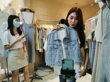 衣料品卸問屋街、苦境をライブコマースで打開 広東省広州市
