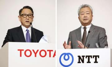 資本業務提携で合意し、記者会見をするトヨタ自動車の豊田章男社長(左)とNTTの澤田純社長=24日午後、東京都内のホテル