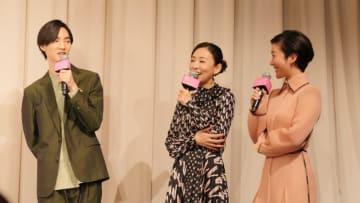 松雪泰子、映画「甘いお酒でうがい」でふた回り年下男子との恋