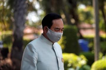 マスクを着けたタイのプラユット首相=24日、バンコク(ロイター=共同)