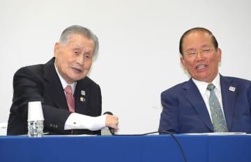 会見する森会長(左)と武藤事務総長