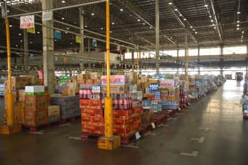 Commerce Ministry officials inspected the Big C distribution centre in Pathum Thani yesterday. The transport period will be extended to serve modern trade during the Covid-19 pandemic.
