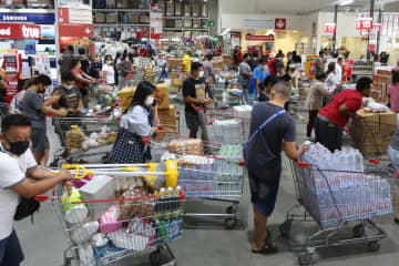 The escalating Covid-19 pandemic caused panic where people stockpiled food and essential consumer goods over fear of a complete lockdown. Photo: Wichan Charoenkiatpakul