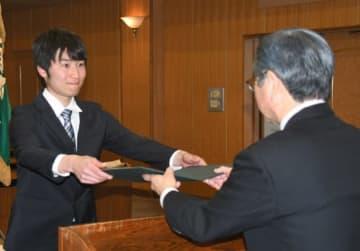 重富会長から表彰状を受ける福田さん(左)