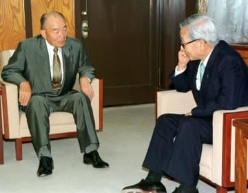大亀孝裕県体協会長(左、当時)から国体開催の内定報告を受ける加戸守行知事(当時)=2001年5月7日、県庁