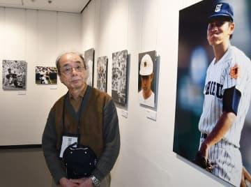 写真展「スポーツの肖像」を開いている岡沢さん=横浜市中区