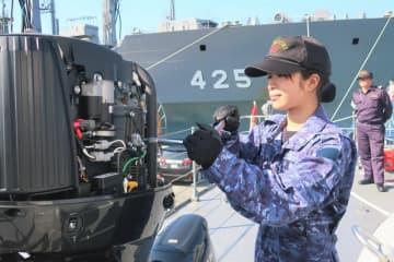小型艇のエンジンを調整する小林さん(舞鶴市北吸・海上自衛隊北吸桟橋)