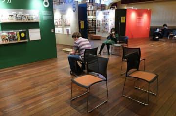 運営を再開した京都国際マンガミュージアム。いすの間隔を空けるなどの感染予防策をとっている(23日、京都市中京区)