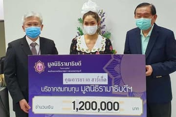 "Actress Araya ""Chompoo"" A. Hargate presents 1.2 million baht in cash donation to Ramathibodi Hospital executives to support the public hospital's move to purchase respirators for treating Covid-19 patients. (Photo: instagram account @hwanjeabjeab)"