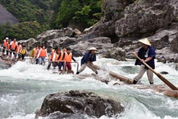 北山川を下る筏(和歌山県北山村で)