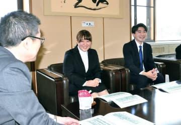 若宮佳一町長(左)に住みたい町づくりに向けた提案をする堀切川奨さん(右)と下田彩未さん