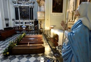 イタリア北部ベルガモ近郊の教会に並べられたひつぎ=22日(ロイター=共同)