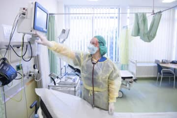ドイツ東部ドレスデンの病院で、新型コロナウイルス感染症患者のための病室の準備をする看護師=24日(DPA=共同)