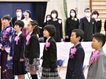 閉校に伴う最後の卒業式で校歌を歌う卒業生たち=25日午前9時1分、加茂郡白川町和泉、白川小学校