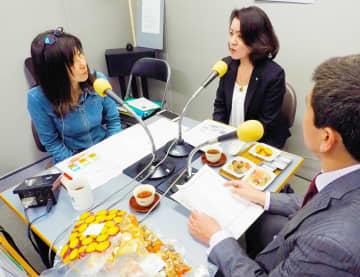 コミュニティーFMで総菜の在庫状況について話す高森常務(中央)=京都市伏見区・FM845スタジオ