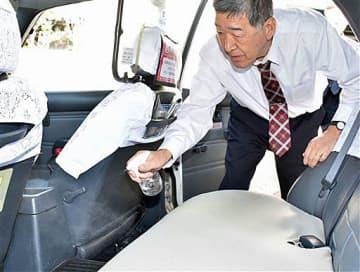 八戸市の八戸タクシーは、市内で感染者が出る前から除菌や換気を徹底。一方、イベントや会合の中止に加え、出張や観光でタクシーを利用する人が減り「今後の見通しが立たない」と危機感を募らせている=25日午後