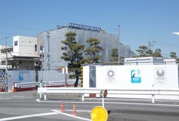 東口の開設工事が進むJR上総一ノ宮駅。仕切り板には五輪ポスターが掲示されている=一宮町