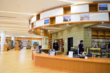 リニューアルオープンした中央図書館。中央カウンターの上部には市内各所の写真が飾られている=浦安市の中央図書館