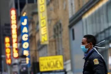 米演劇界で最高の栄誉とされるトニー賞の授賞式が無期限に延期されることが、25日決まった。写真はニューヨークの劇場街ブロードウェーをマスク姿で歩く男性。12日撮影 - (2020年 ロイター/Andrew Kelly)