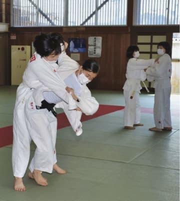 マスクを着けて練習をする明洋中学校柔道部の生徒(26日、和歌山県田辺市目良で)
