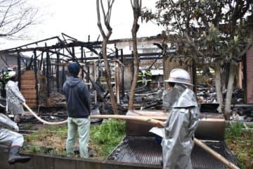 全焼し焼け跡から男性2人の遺体が見つかった住宅=26日午前6時54分、宮崎市島之内