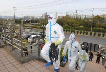消毒作業のため、鳴尾浜の球団施設を巡回する作業員ら(撮影・高部洋祐)