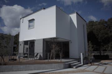 「つながりを愉しむ家」では、軒下空間と庭のデッキ、LDK につながる土間までをフラットになるように設計することで、屋内と屋外がつながった暮らし方を実現