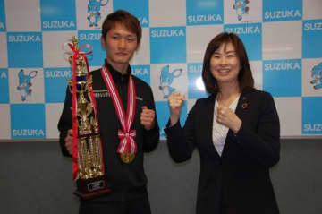 【ボクシングの全日本フライ級新人王になった中村選手(左)=鈴鹿市役所で】
