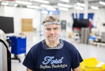 フォードモーターの工場で組み立てられるプラスチック製フェイスシールド