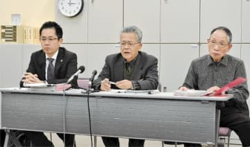 申し入れ内容を説明する市民団体の原代表(中央)ら