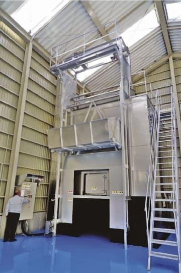 下水処理場から出た脱水汚泥を発酵処理して堆肥化する装置(和歌山県みなべ町東本庄で)