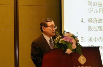 三菱UFJ銀行グローバルマーケットリサーチのシニアマーケットエコノミストの鈴木氏は、世界経済の行方について詳細に分析した=14日、ホーチミン市