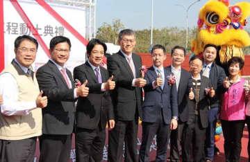 三井不動産は、台南市帰仁区で三井アウトレットパーク台南(仮称)を着工した。同社の大林修執行役員(左から4人目)、頼清徳次期副総統(同3人目)らが出席した=20日(NNA撮影)