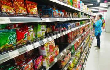即席めんなど一部の商品では新型肺炎の感染拡大を恐れる消費者による買いだめの動きがある=5日、タイ・バンコク(NNA撮影)