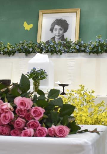 宮城まり子さんのお別れの会が開かれた、養護施設「ねむの木学園」の教室に設置された祭壇=27日午後、静岡県掛川市