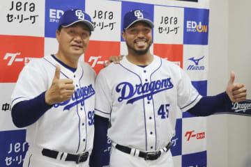 与田監督(左)とポーズをとる、中日で支配下選手登録が決まったモイセ・シエラ外野手=ナゴヤドーム