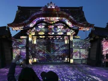 桜をテーマに唐門などに投影されたプロジェクションマッピング(20日午後6時33分、京都市中京区・二条城)