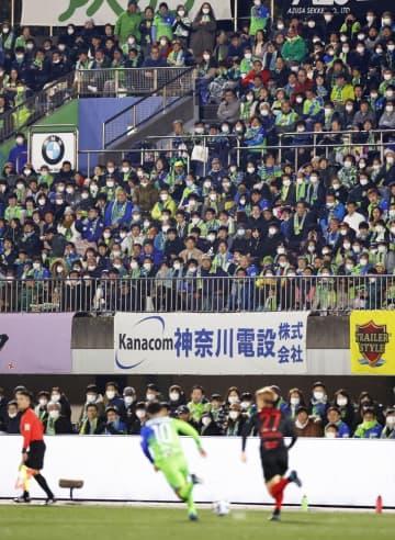 サッカーのJリーグがJ1湘南―浦和で開幕したShonanBMWスタジアム平塚。新型コロナウイルス感染予防のため、スタンドにはマスク姿の観客が目立った=2月21日、神奈川県平塚市