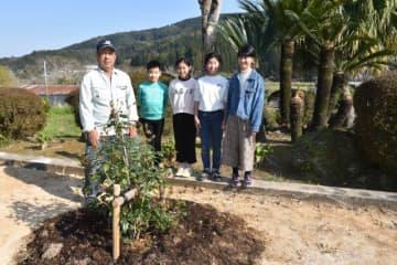 ウスギモクセイを贈った古澤久平さん(左)と細田小の卒業生たち