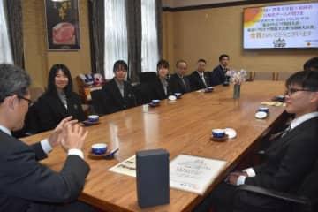 料理コンテストでの最高賞受賞を河野知事に報告する延岡学園高生徒らのチーム=27日午後、県庁