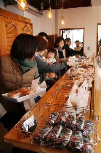 金曜に開店したベーグル店に訪れた客(福山市のリトルセトウチ)