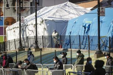 病院前に設置されたテントでの検査を待つ人々=27日、ニューヨーク(AP=共同)