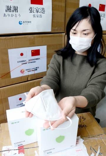 中国・張家港市から贈られた医療用マスク=3月27日、福井県永平寺町松岡福祉総合センター